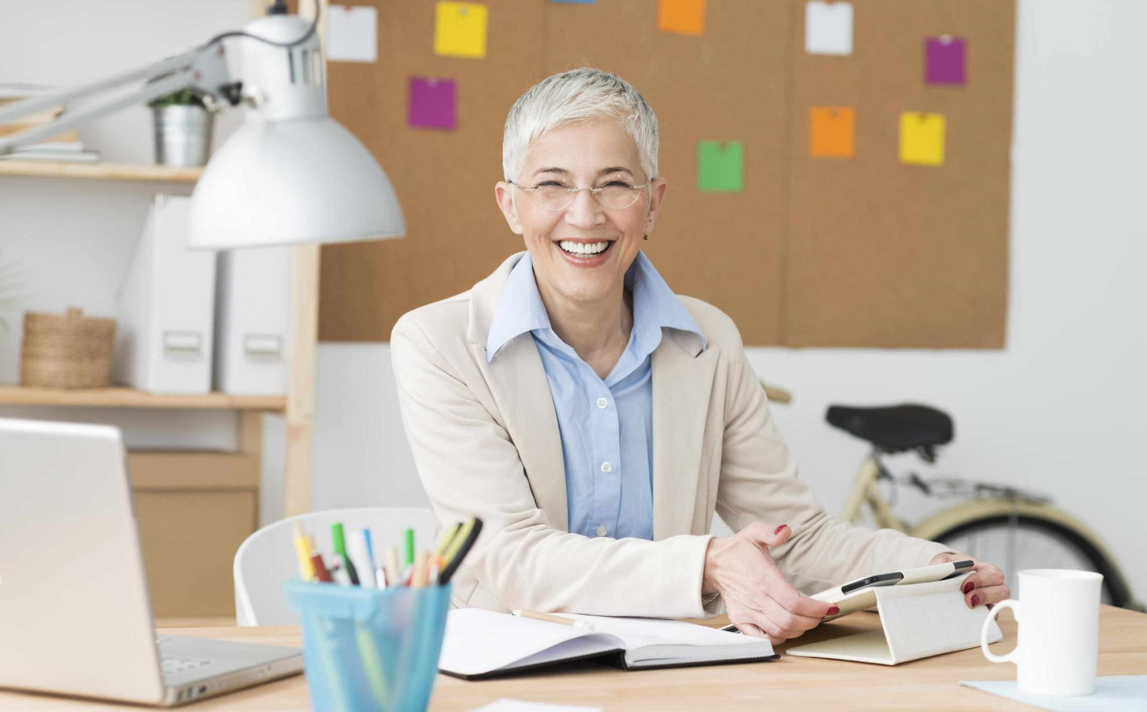 Older_woman_in_office_business_smiling_cropped « Additio